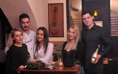 10_drago_bosnjak_i_luka_elezovic_red_red_wine_bar_s_prijateljicama